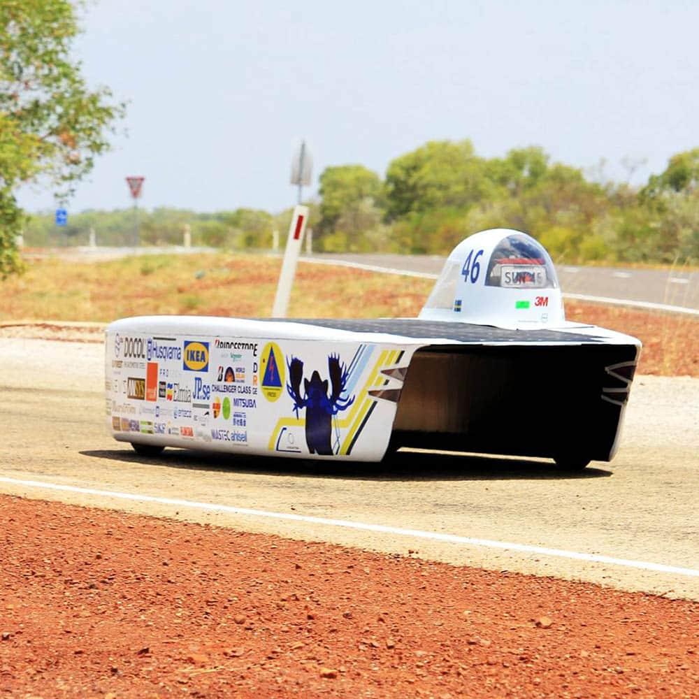 Soldriven racingbil tävlar genom Australien